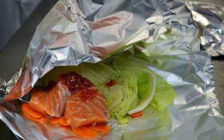 Красная рыба с луком в фольге