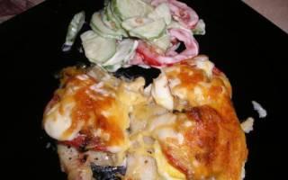 Рыба на сковороде с помидорами и сыром